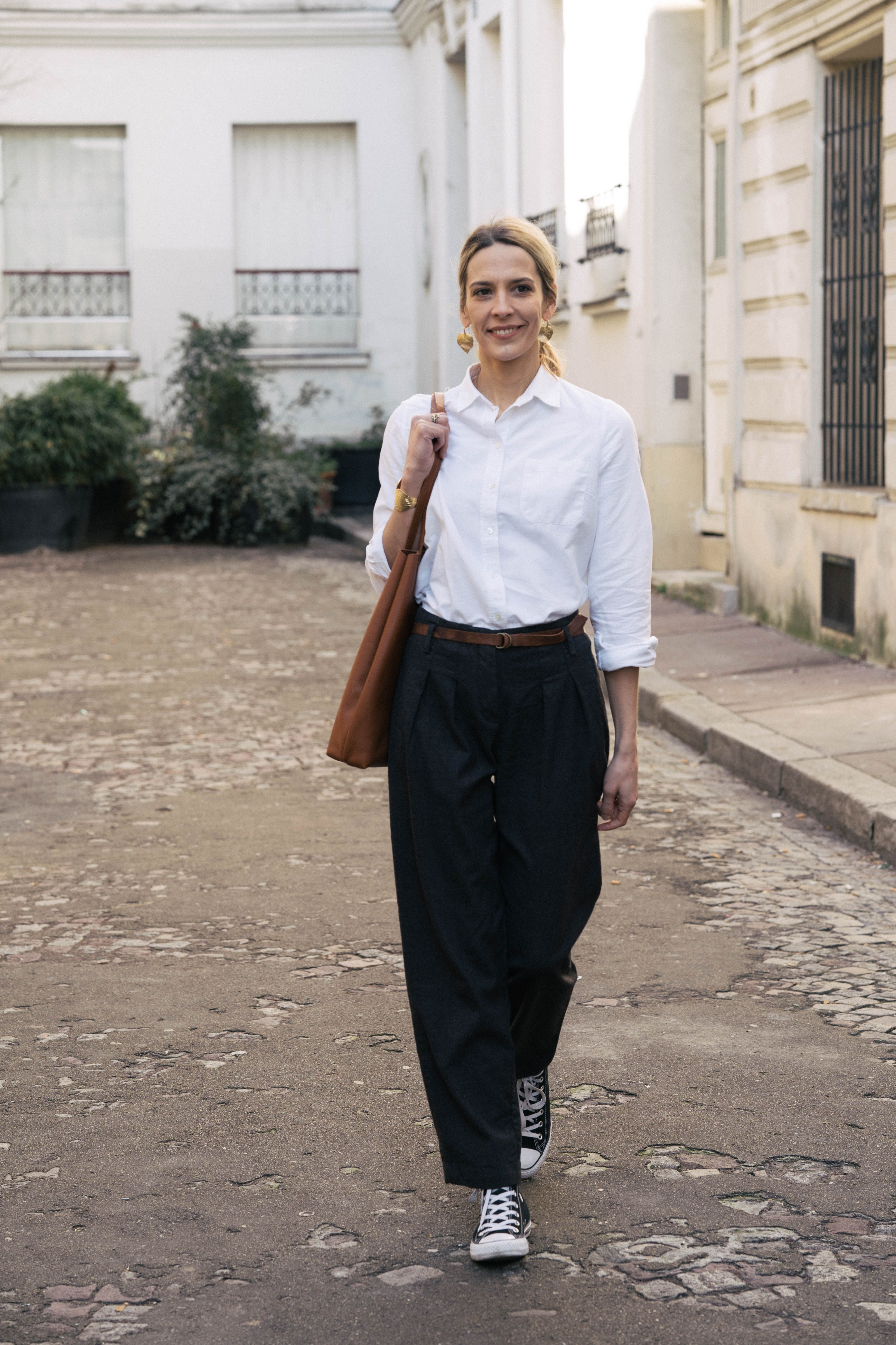 d866b2e893f62 Porter la chemise blanche avec un pantalon large : le look tomboy - Le  Dressing Idéal