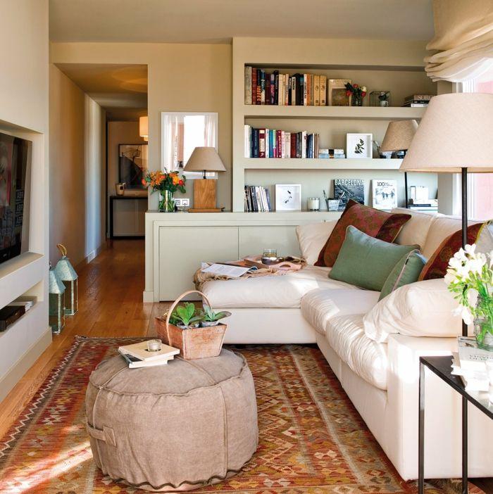 kleines wohnzimmer einrichten runde ottomane weiße couch - kleine wohnzimmer ideen