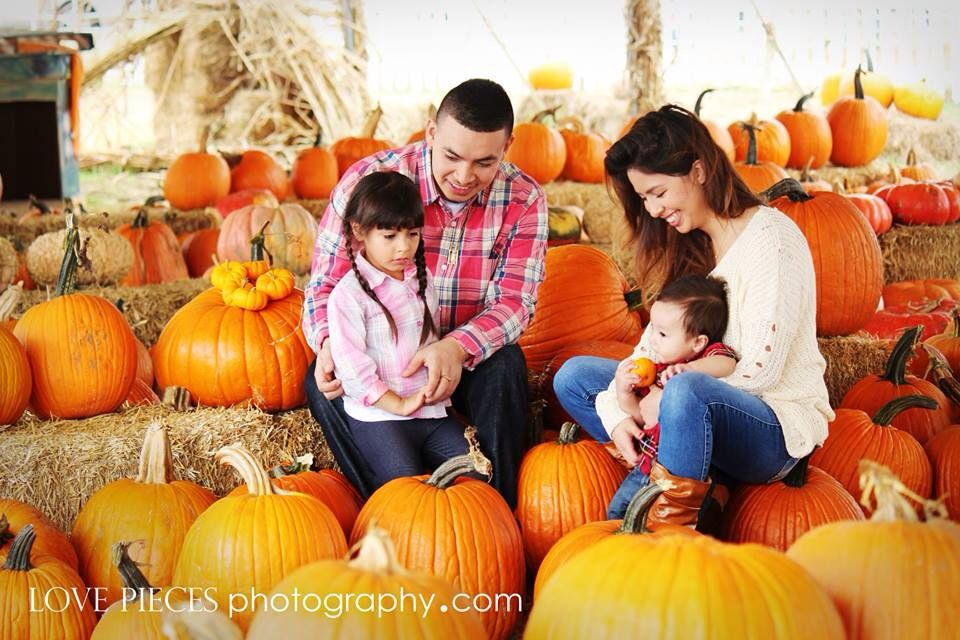 pumpkin patch photo ideas - Family pumpkin patch photo shoot idea