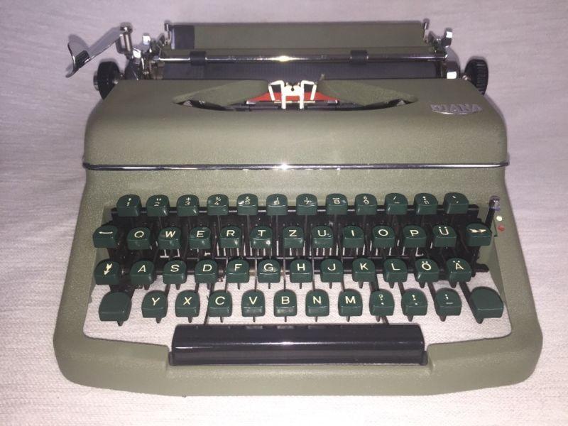 Eine antike und gut erhaltene Reiseschreibmaschine der MarkeRoyal Modell «Diana», Royal Schreibmaschinen GmbH…