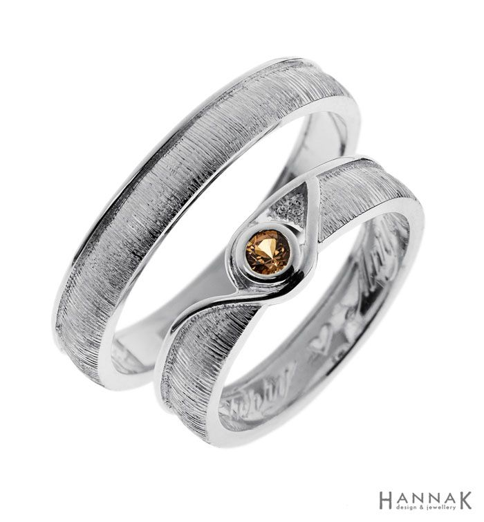 Pisara -kihlasormus   Moniulotteiset sormukset, joissa leikitellään runsailla pintakuvioinneilla ja reunuksen muodoilla. Kihlasormusten malli on poimittu valmismalleista, joista sulhasen sormuksen tyyliä on hieman pelkistetty.   Materiaalit: 925-hopea, safiiri   http://www.hannakorhonen.fi/pisara-kihlasormus/   Silver 925, sapphire   #HannaK #rings #jewelry #engagement