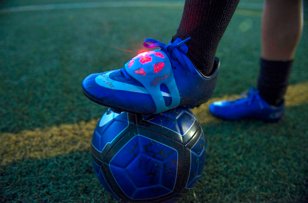 #smartwatch #wearable #indossabili Il mondo dei wearable si fonde con quello del calcio. SockIt è la società californiana che ha creato questo nuovo dispositivo per giovani di età compresa tra i 5 ed i 12 anni.
