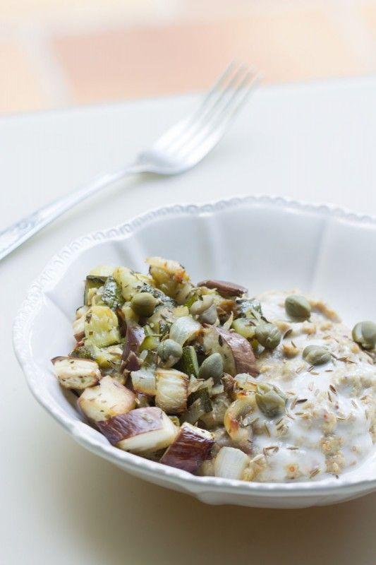 Porridge salé {oatmeal} aux flocons de sarrasin, aux légumes d'été et aux graines (vegan)
