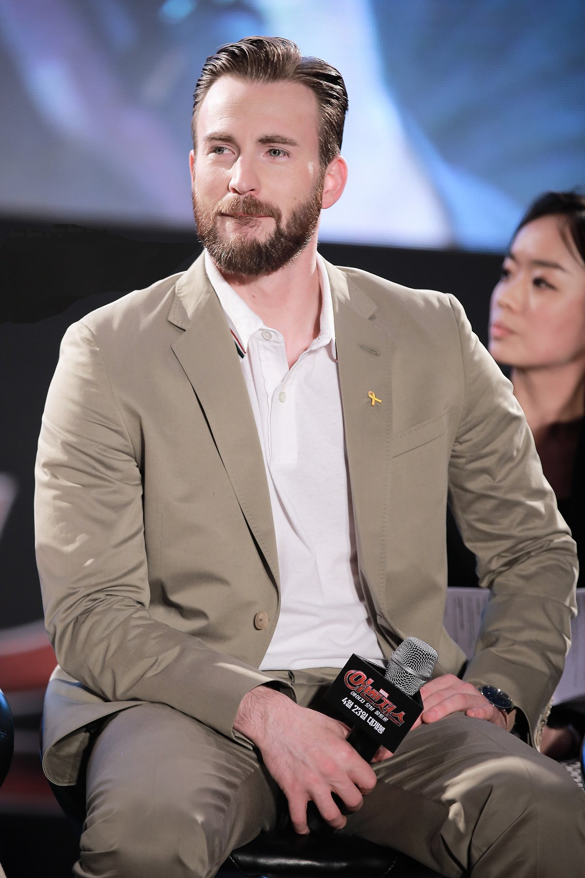I Really Hope He Knows That Holding That Mic There Like That Is Really Suggestive Chr Chris Evans Chris Evans Captain America Christopher Evans