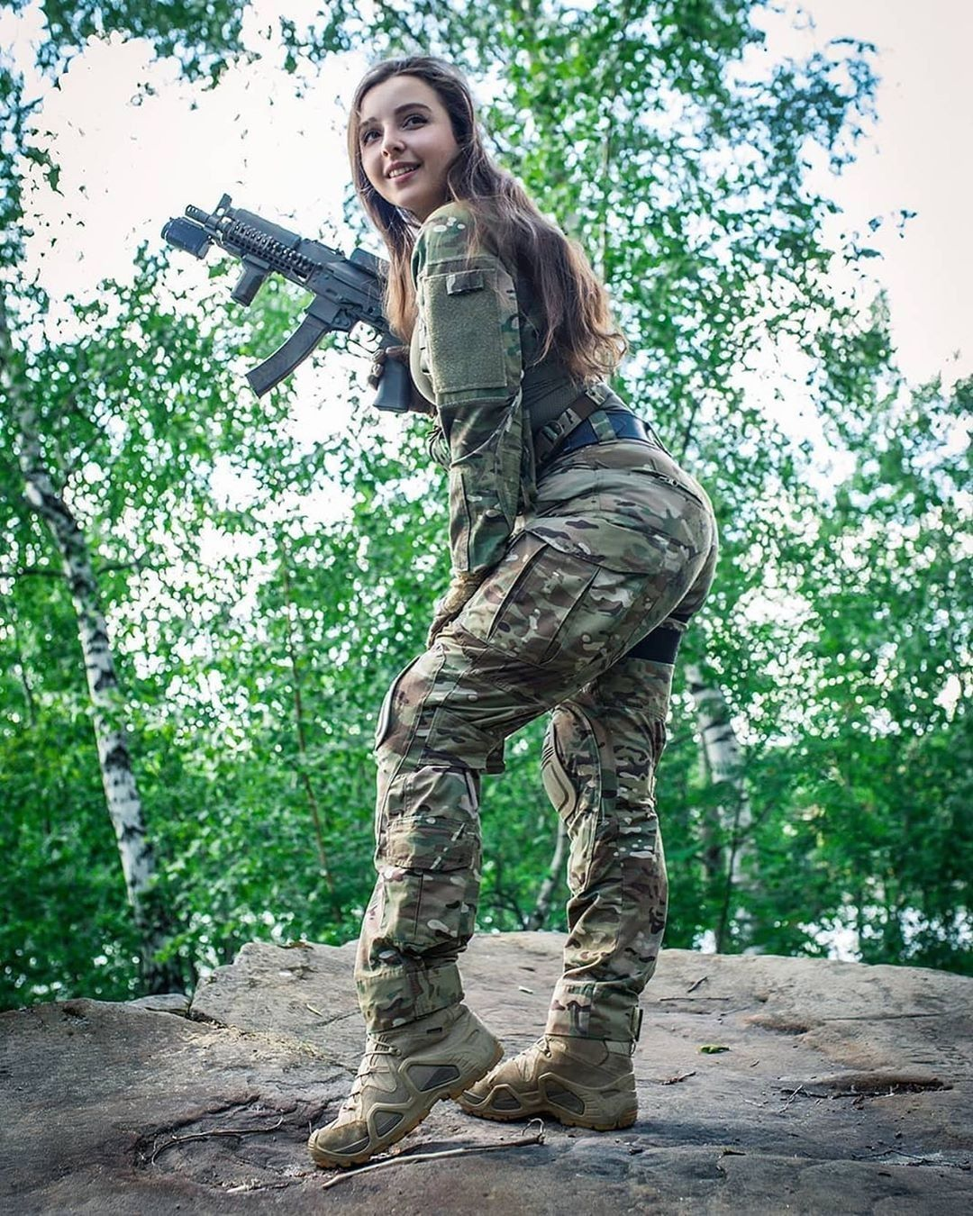 سرباز زیبای دختر