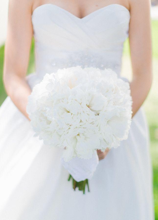 white wedding bouquet http://www.weddingchicks.com/2013/10/09/elegant-southern-wedding/