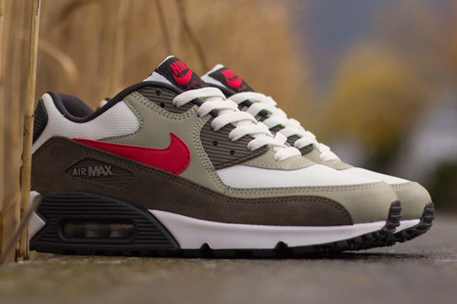 Another foot fruit has dropped from the evergreen Air Max 90 sneaker tree. It's an autumnal number, with Beige Chalk panelling combining with a darker khaki rand, set on white mesh, with University Red Swoosh …
