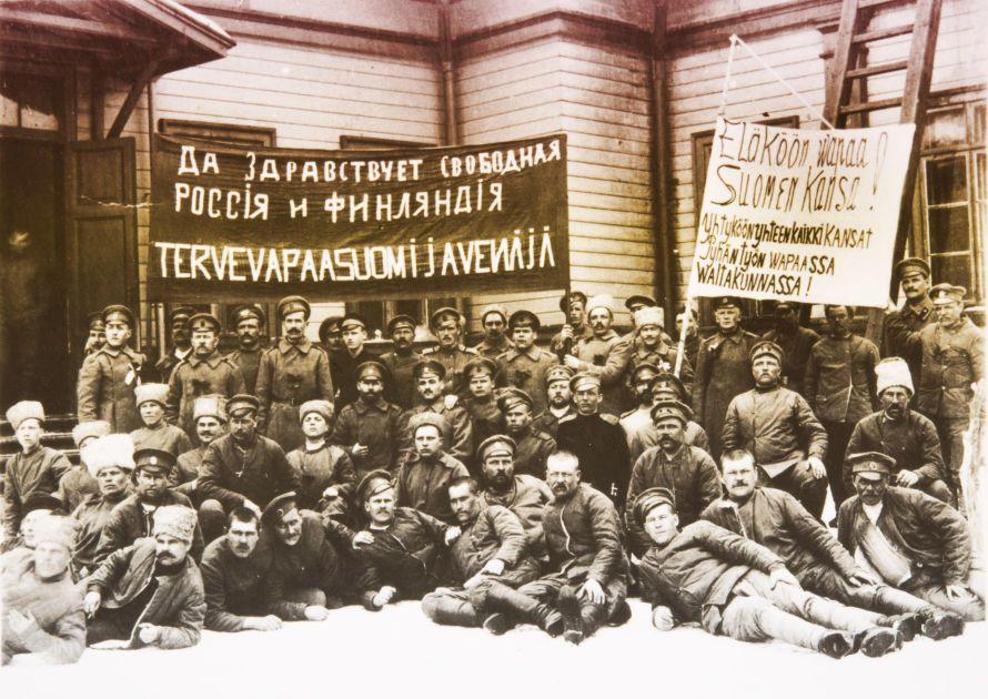 Vallankumous keväällä 1917 kaatoi viimeisen tsaarin ja sai Suomessa porvarinkin pukemaan punaisen rusetin.