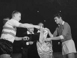José Águas, do lado direito, em 1963, a trocar galhardetes com o capitão do Feyenoord.