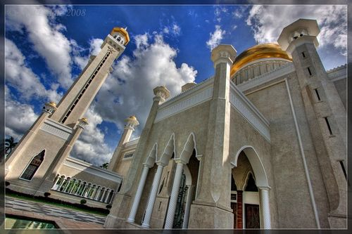 This is a royal Islamic mosque located in the apparently abandoned city of Bandar Seri Begawan, the capital of the Sultanate of Brunei. It cost USD $5000000 to build and is one of the ridiculously absorbatant ways the sultan shows off just how well off he is.  #Islamic #mosque
