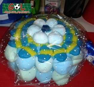 Mini tarta con peces payaso, nubes azules y nubes blancas.