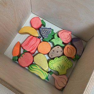 Photo of Una gama de frutas y verduras de madera, juguetes de madera, juguetes Waldorf, juegos de simulación, juguetes de cocina.