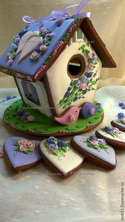 Пряничный домик - свадебный! Дополнен пряничками сердечками для гостей. Крыша пряничного лавандового домика съемная, в домик можно спрятать сюрприз!