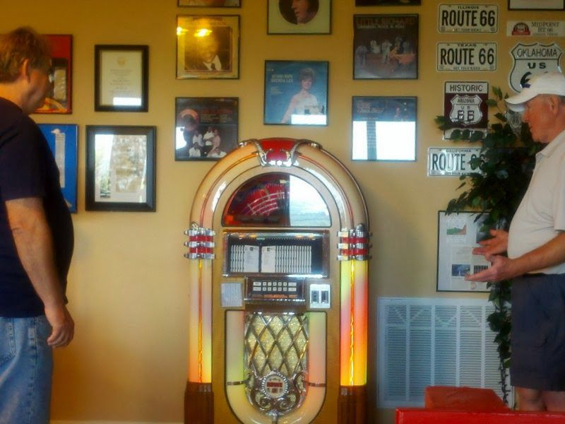 Jukebox, Arcade and Slot Machine Repair: Retro Interior