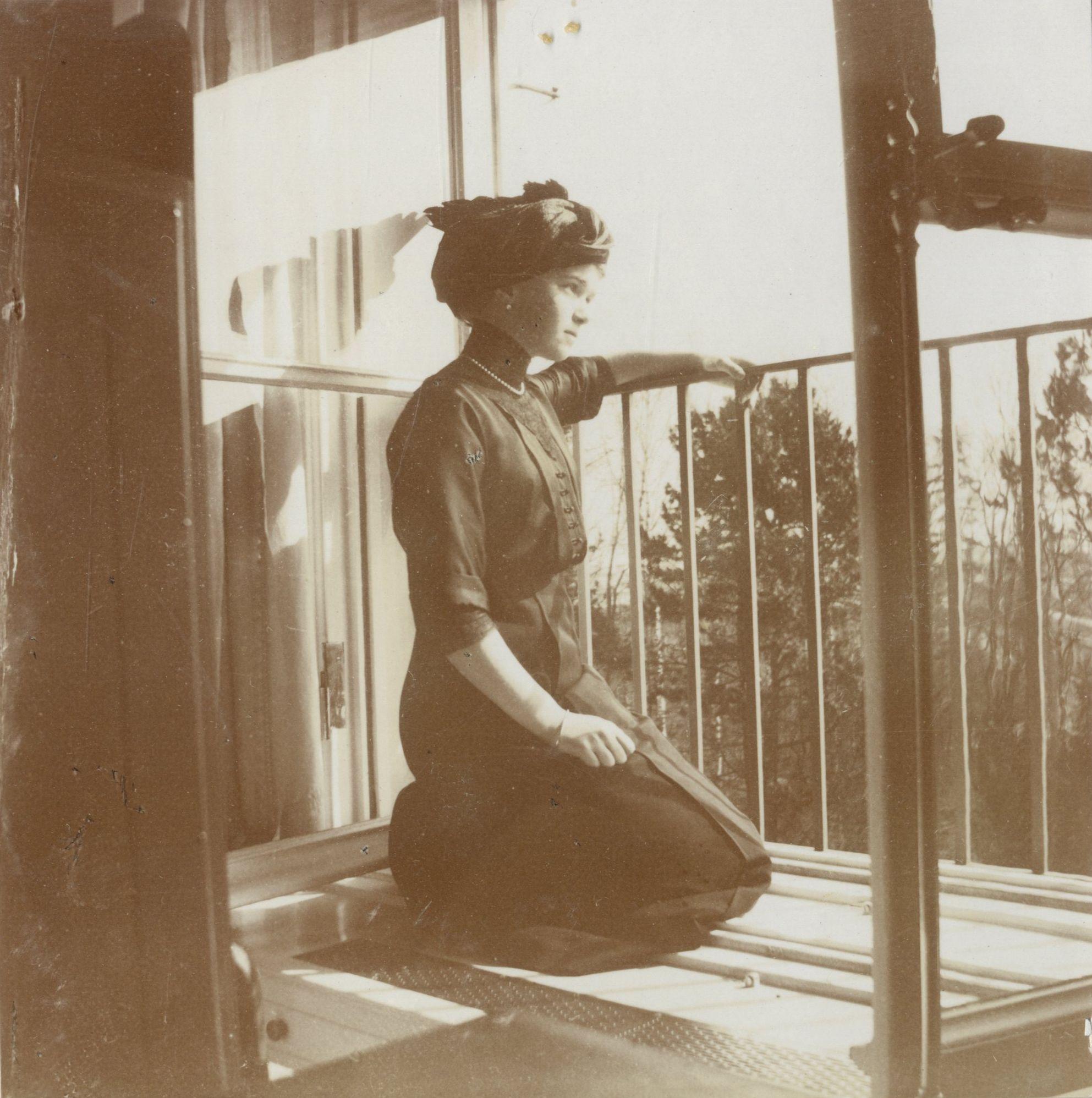 Grand Duchess Olga Nikolaevna no Alexander Palace em Tsarskoye Selo, 1913.