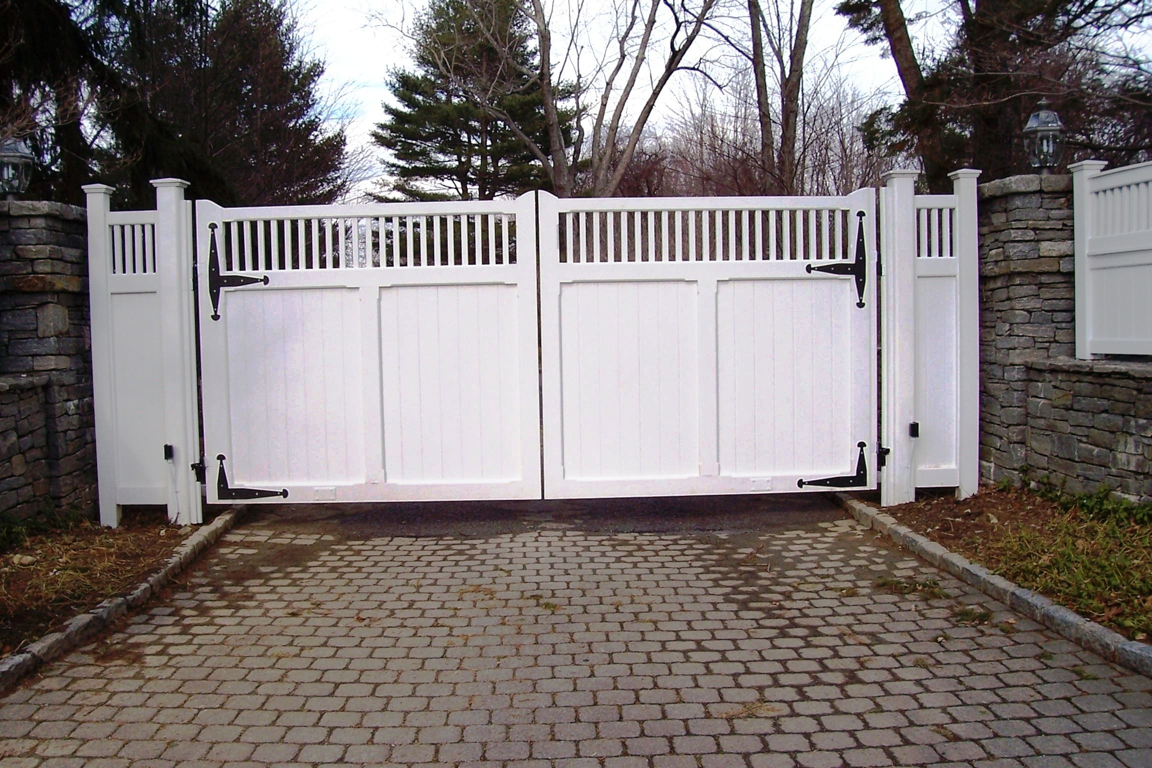 Automated White Wood Gate With Capped Picket Topper And Matching Wood Fence Wood Gate Wood Fence White Wood