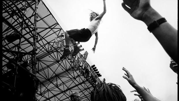 Pearl Jam (Eddie Vedder stage dive)