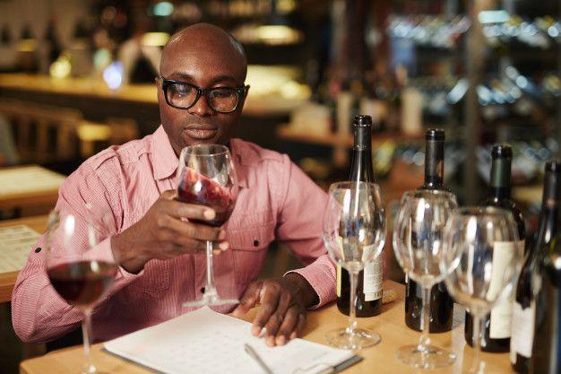 Valoración del vino   Free Photo #Freepik #freephoto #restaurante #hombre #vino #cafeteria