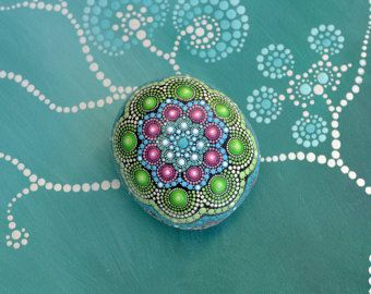 Lilly piedra pintada a mano mandala por AnjaSonneborn en Etsy