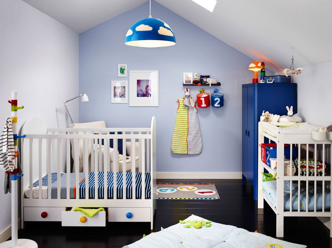 ein kinderzimmer mit gonatt babybett in wei mit schubladen einem wickeltisch und einem blauen. Black Bedroom Furniture Sets. Home Design Ideas