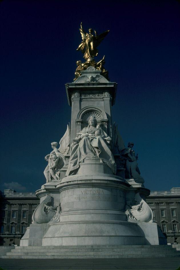 Buckingham Palace  Image from LondonTown. com
