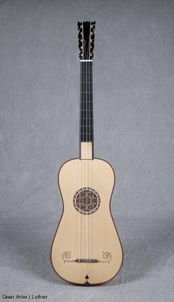 Stradivari Oxford  Guitarra de cinco órdenes basada en un original de Antonio Stradivari (1680-88?, Cremona) que se conserva en el Ashmolean Museum en Oxford  Longitud de cuerda vibrante: 740 mm  caesarias@gmail.com  981 803 679 / 619 614 172  Areal 110 – Cruces, 15980 Padrón, A Coruña