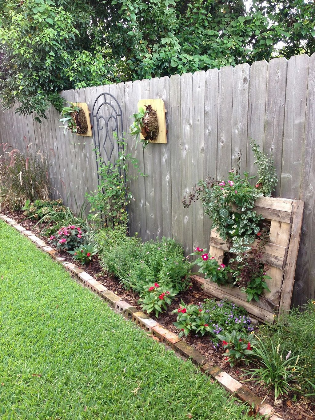 Cool 27 Hanging Plants On The Fence Ideas Http Gardenmagz