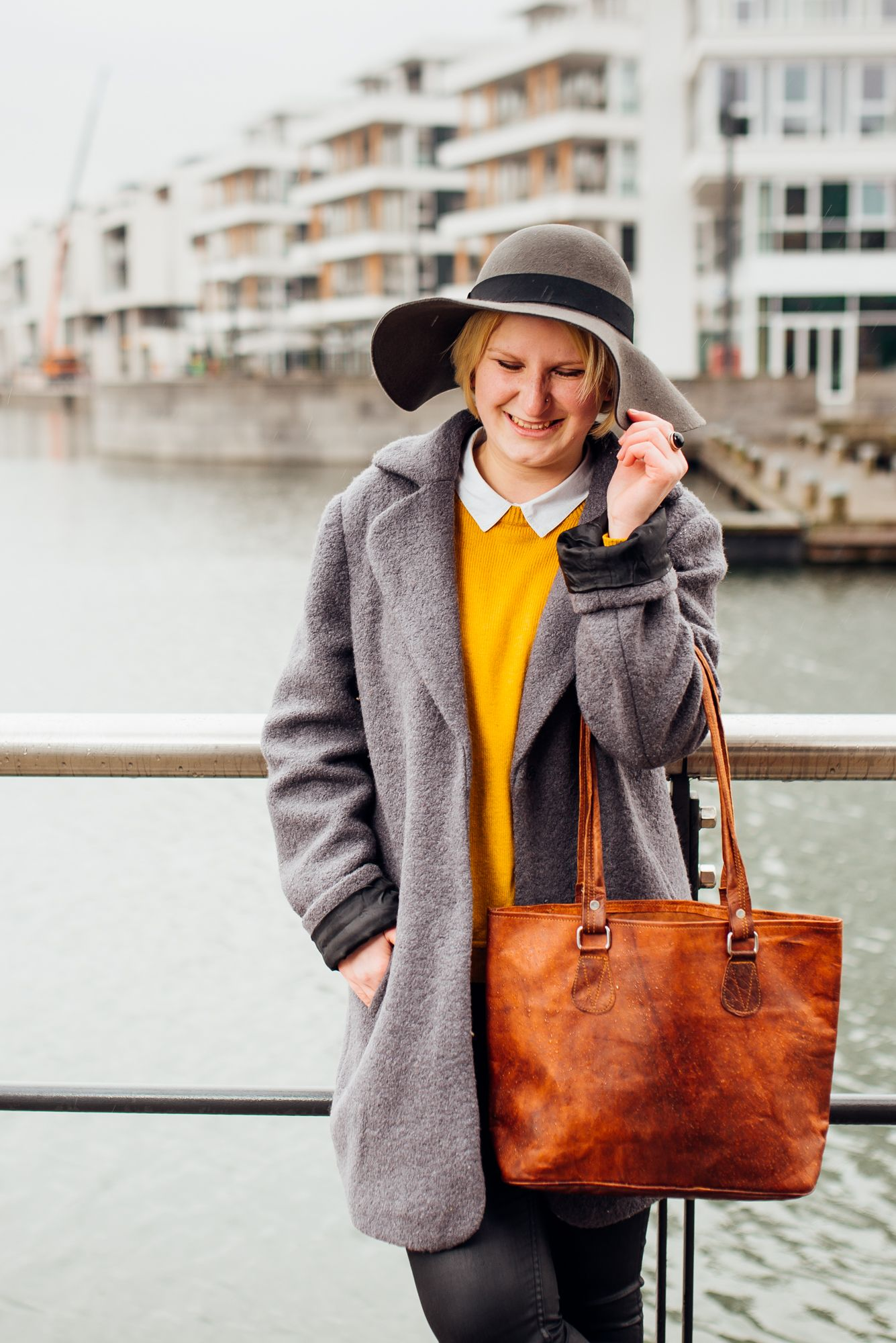 """Für den Shoppingtag erweist sich """"Therese"""" als die perfekte Begleiterin für unterwegs. Im angesagten College-Vintage-Style ist sie ein wahrer Blickfang in der Shoppingmeile. - Lederhandshopper - Shopper - Vintage-Look - Gusti Leder - H14"""