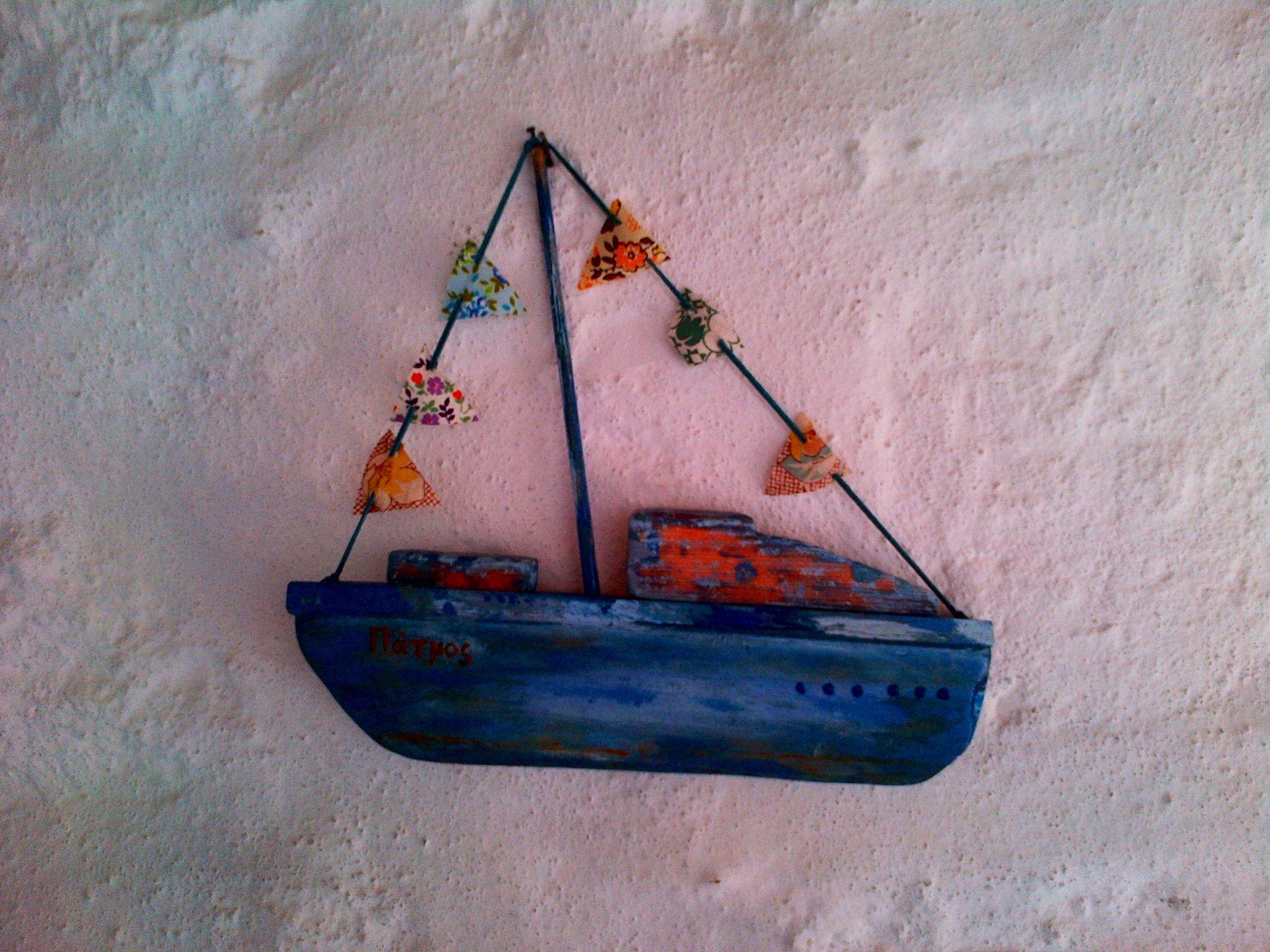 bateau en bois flott peint r alis par hania patmos 2013 driftwood driftwood sail away boat. Black Bedroom Furniture Sets. Home Design Ideas
