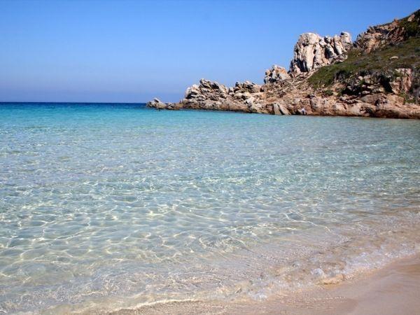 """Che posto da sogno! Passa le tue vacanze in Sardegna con noi, disponiamo di splendidi appartamenti a 50 metri da questa splendida spiaggia, la """"Rena Bianca"""" insignita ogni anno della """"Bandiera Blu""""!"""