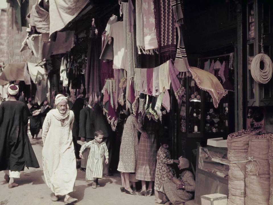 أحد أسواق القاهرة أوائل القرن العشرين صورة للمصور الأمريكي بي أنتوني ستيوارت منقول من اللطائف المصورة Home Decor Cairo Decor