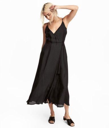 d89f32165240 Wadenlanges Wickelkleid aus bedrucktem Webstoff. Modell mit schmalen  Trägern, V-Ausschnitt