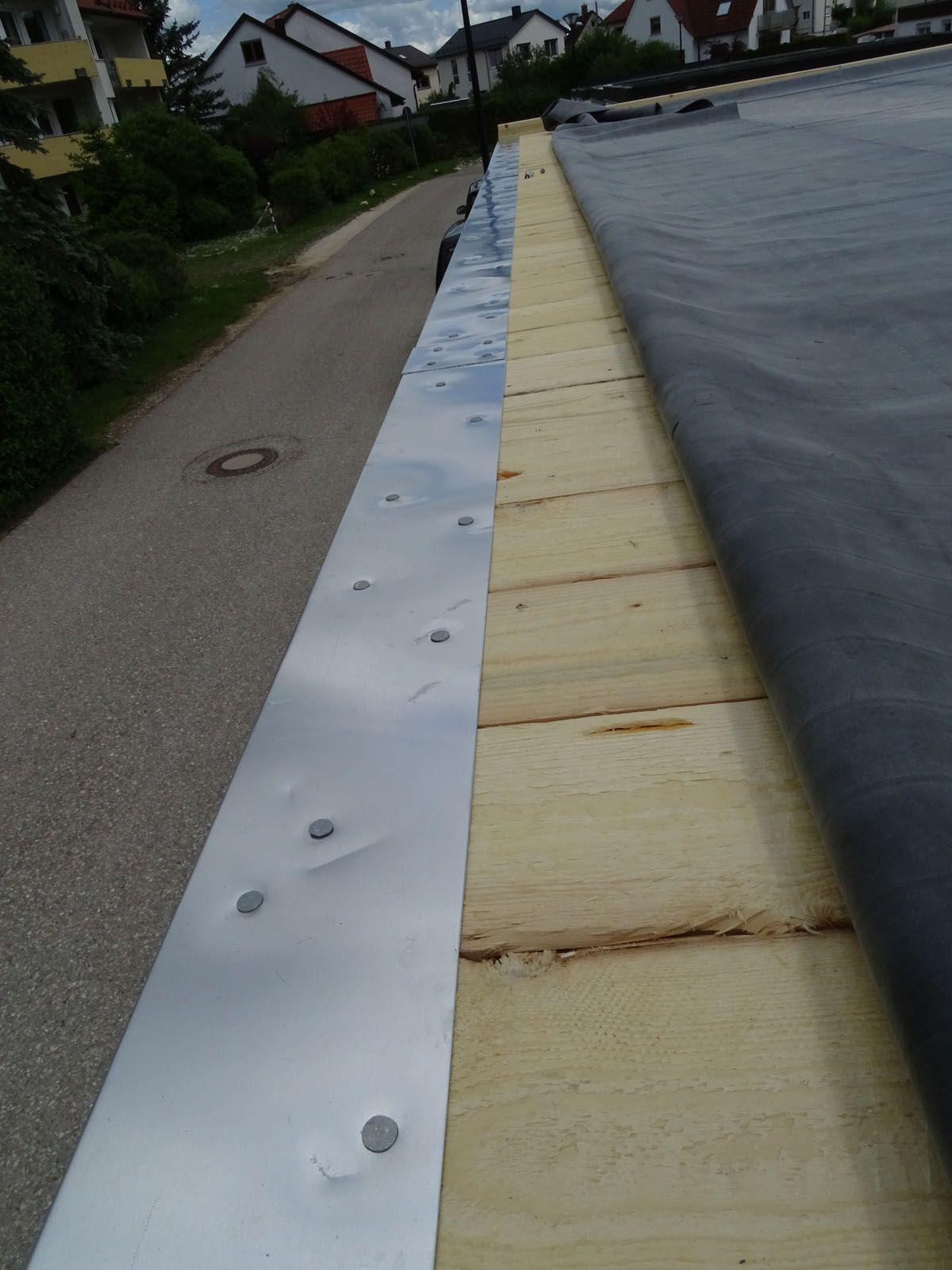 Montage Wasserleitblech Am Carport Mit Holzdach Und Epdm Dachfolie Wasserleitblech Carport Epdm Carport Dach Gartenhaus Modern