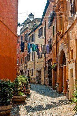 Stradina antica nella città di Roma di giorno