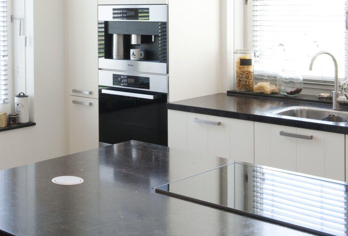 Moderne keuken met kookeiland.