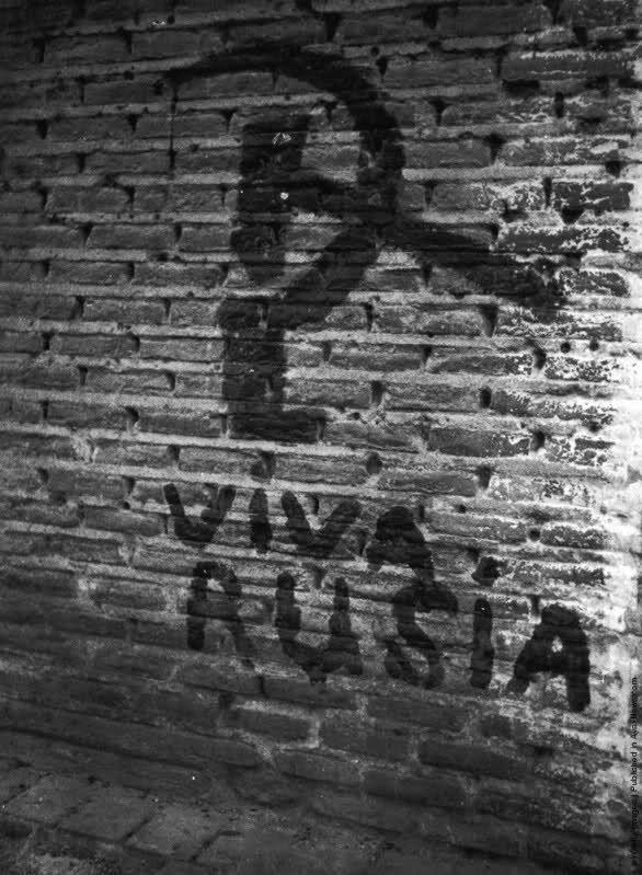 Una hoz y el martillo pintadas en una pared de ladrillos en algún lugar de España, la Guerra Civil española. 1936