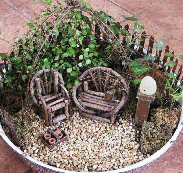 Mini Garten Mit Holzmöbel | Feen Welt | Pinterest | Gärten, Deko ... Mini Garten Aus Sukkulenten Selber Machen