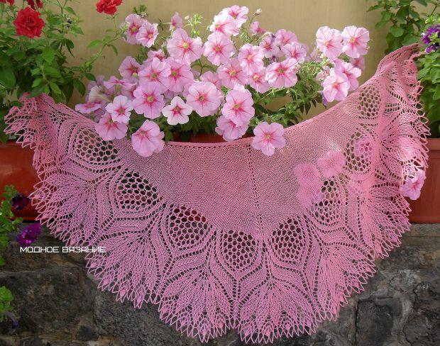 Шаль *Нарцисс* спицами Великолепная шаль *Нарцисс*,легкая и воздушная с шикарными цветами,порадует любую женщину,которая знает толк в вязаных шалях.Такие шали будут модными всегда.
