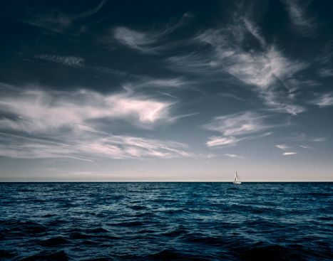 White Sail Boat On Sea Foto de stock 158454668