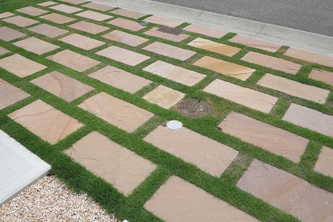 板石敷きと芝生の組み合わせ カーポート 駐車場 カーポート