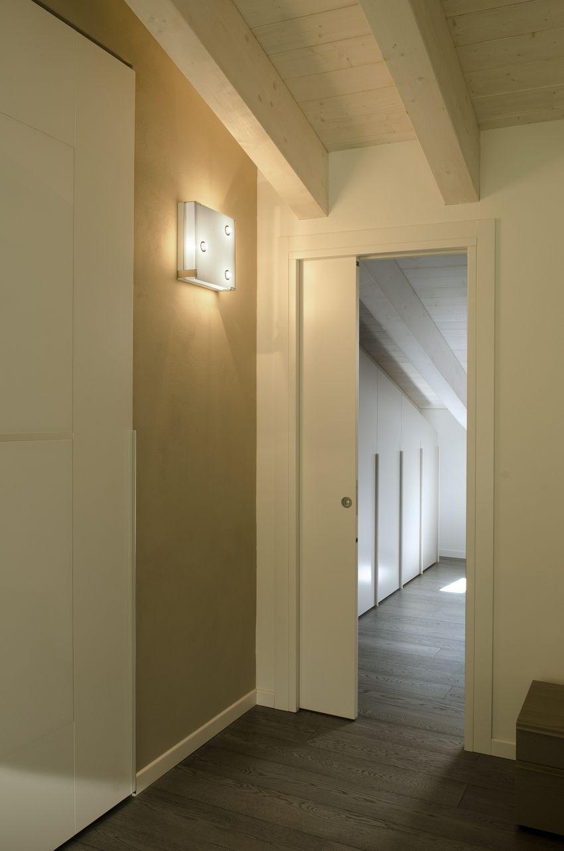 Dalla camera da letto la porta si apre sulla spaziosissima stanza ...