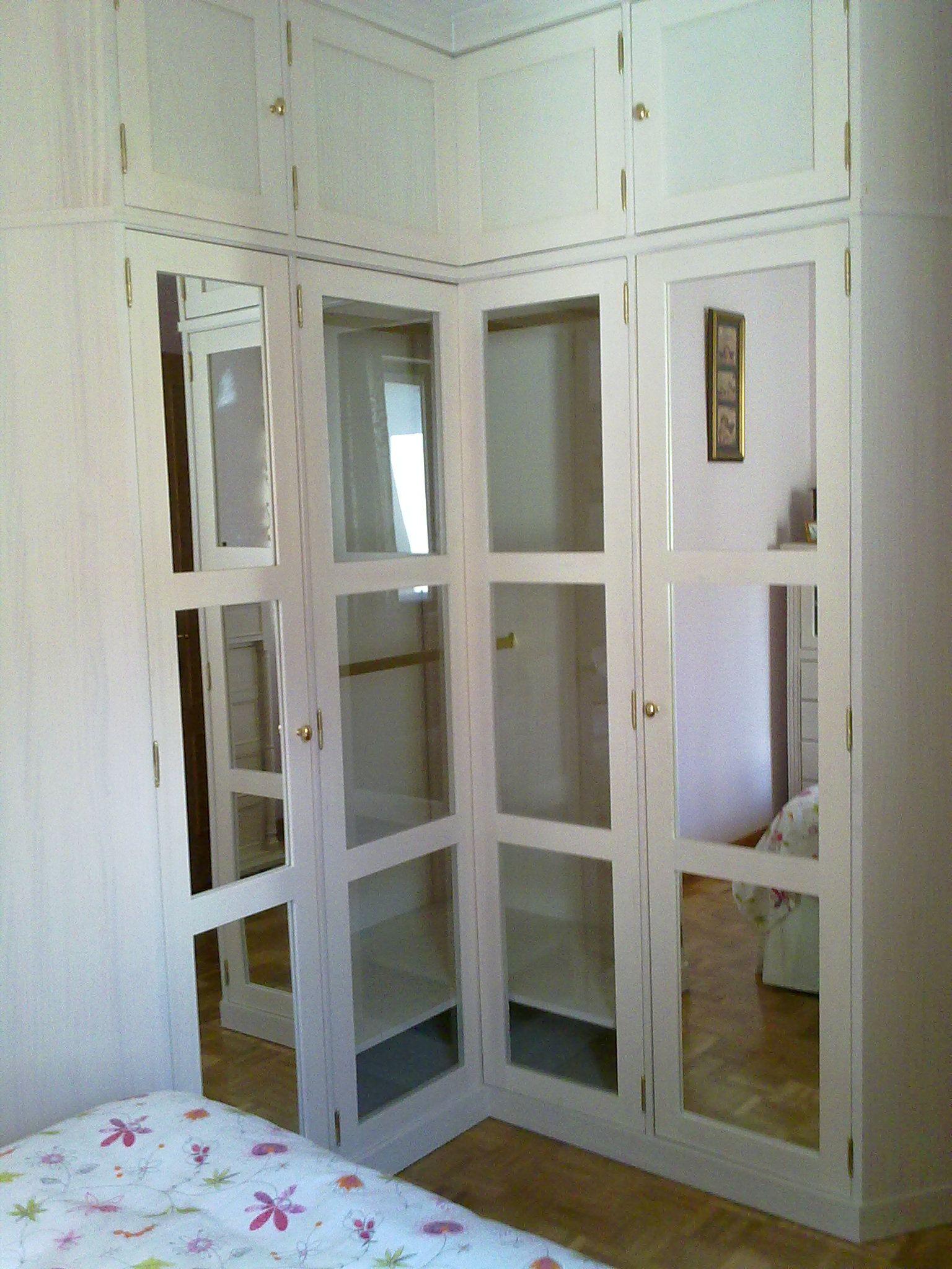 Vista exterior de armario lacado en blanco con espejos for Espejos para armarios