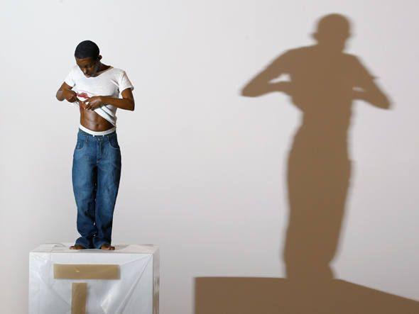 """""""Youth"""" é uma das esculturas hiper-realistas de Ron Mueck expostas na galeria Hauser & Wirth, em Londres"""