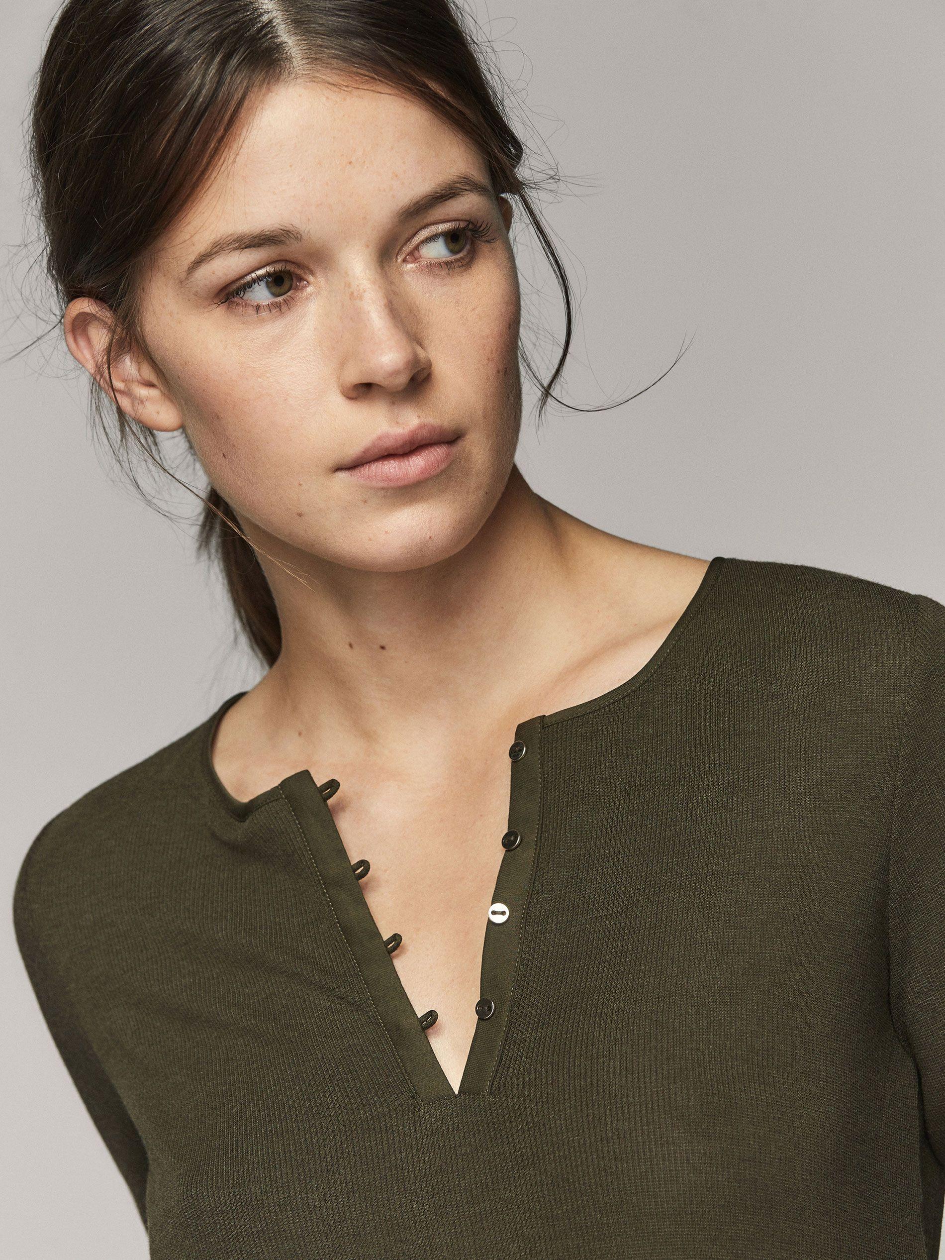 Camiseta lisa. Corte recto, cuello redondo, cierre mediante tapeta de cuatro botones y manga larga.