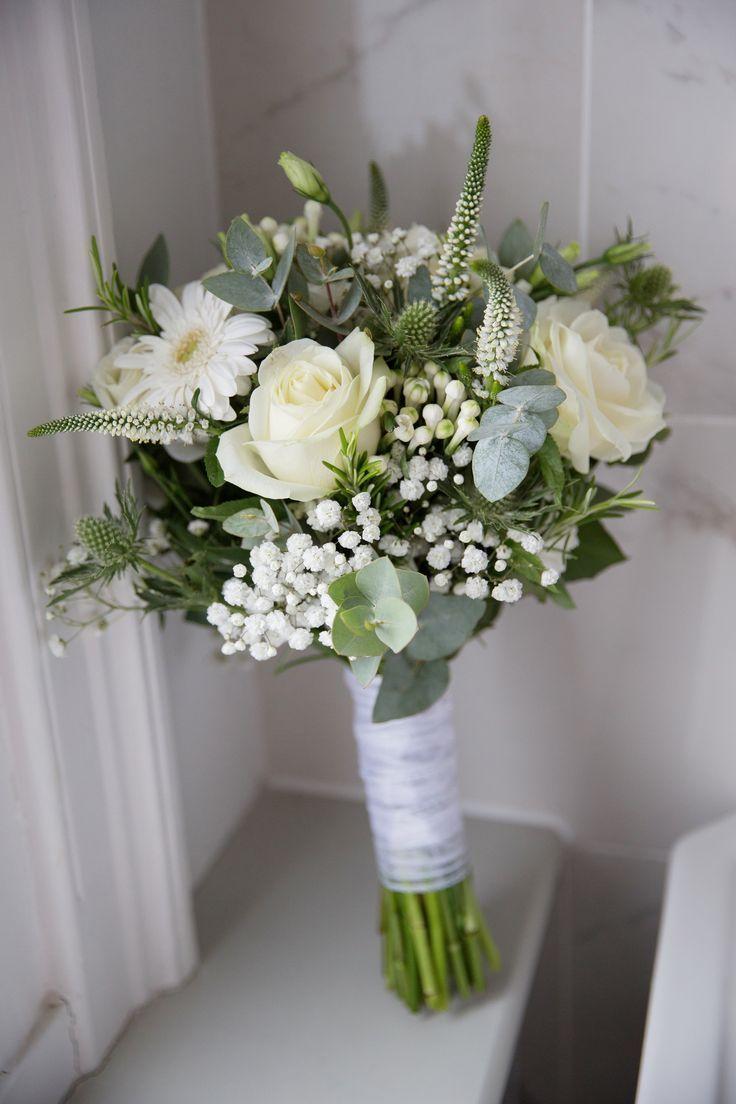 Weißer und cremefarbener Brautstrauß mit Rosen, Gypsophila, Eukalyptus, Distel…