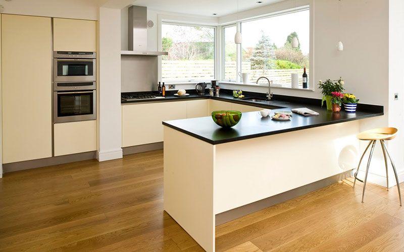 Suelos laminados de color roble para cocinas blancas Cocinas que - Cocinas Integrales Blancas