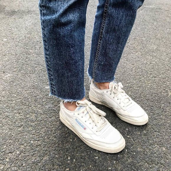 Jean bleu effiloché + baskets Reebok Club C85 >> www