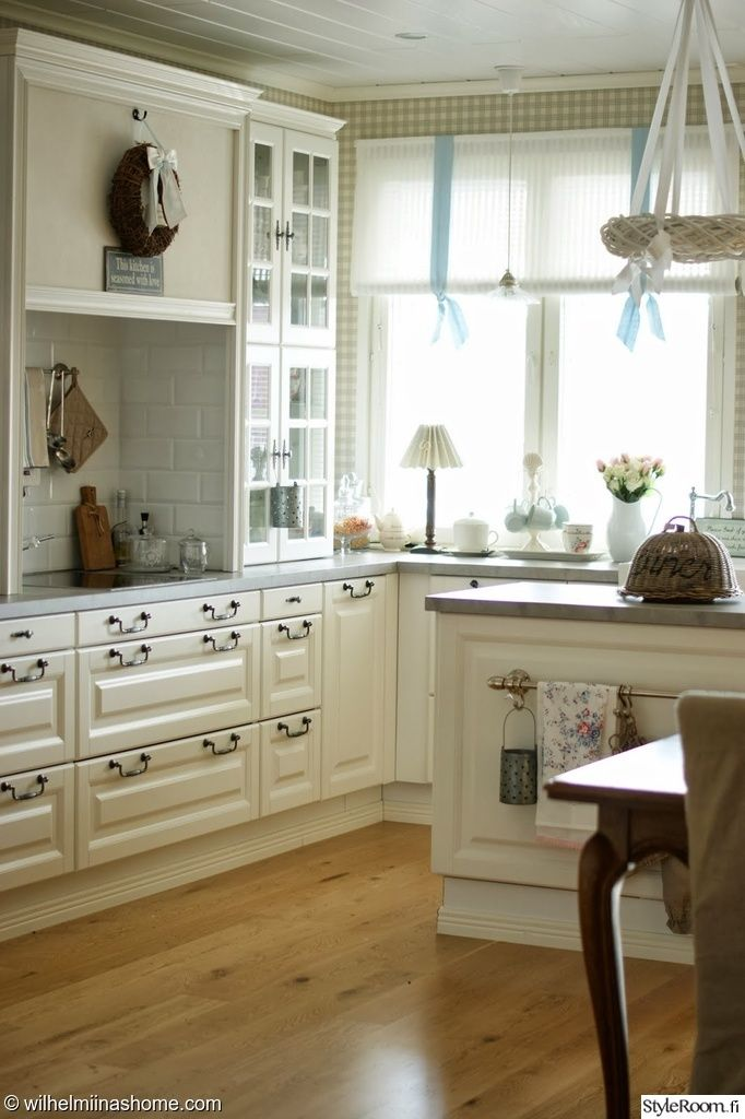 keittiö,romanttinen,maalaishenki,maalaisromanttinen,keittiön kaapit,valoisa,v