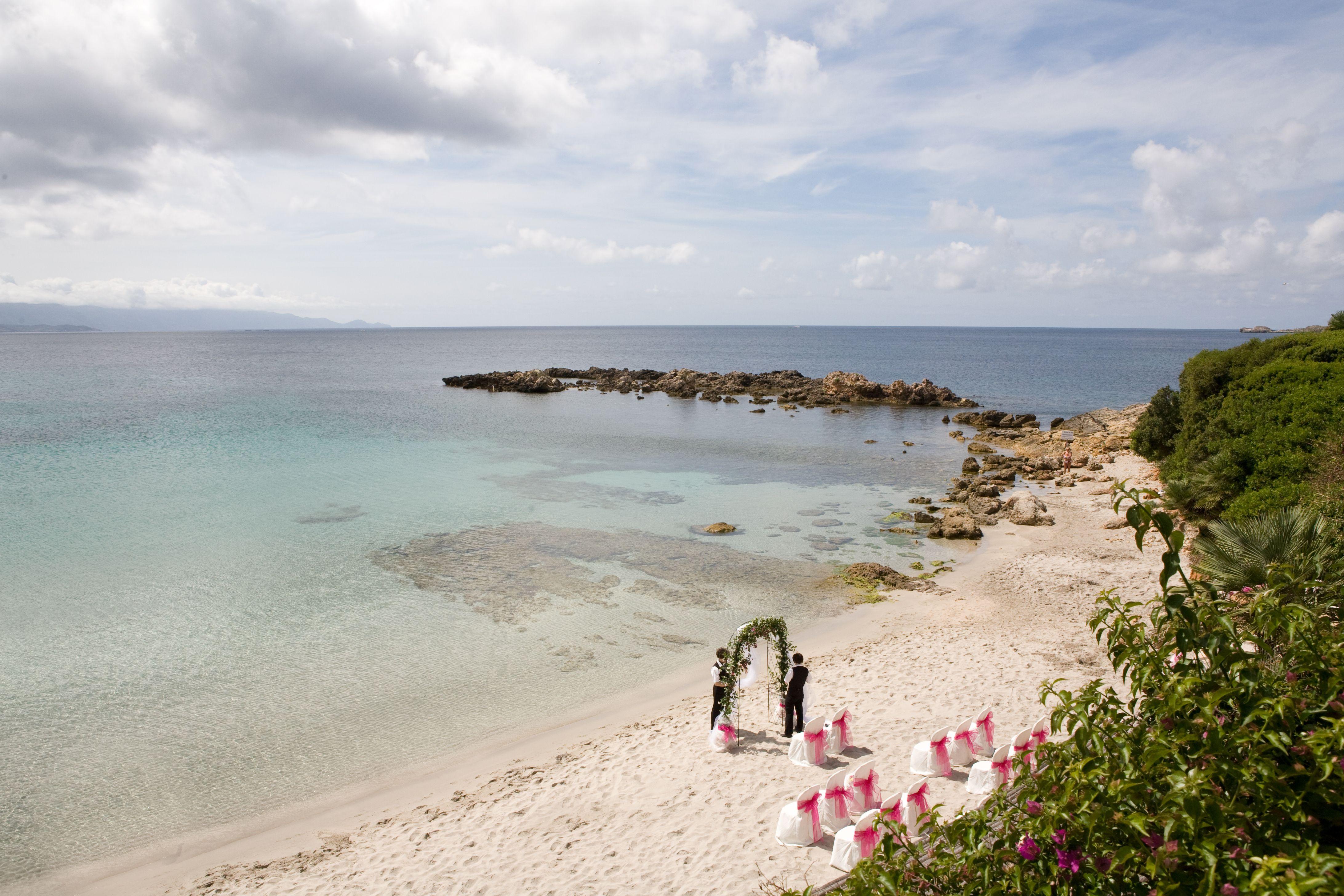 Matrimonio Spiaggia Alghero : Preparazione di una cerimonia simbolica in una splendida spiaggia