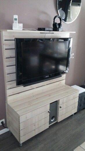 Meuble TV DIY Le bois utilisé est du pin, et la patine est un jus de